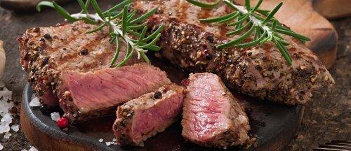 Biefstuk op een plank