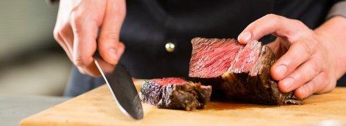 Kok snijdt vlees