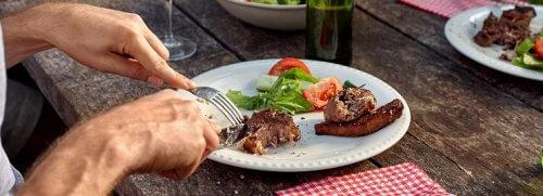 Man eet vlees aan tafel
