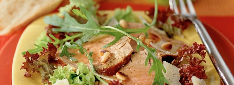 Italiaanse salade van rosé gebakken varkenshaasjes