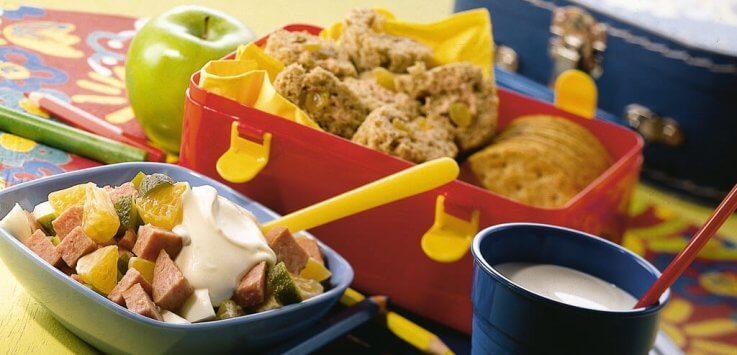 Kinderlunch met kids salade en sandwich-rolletjes