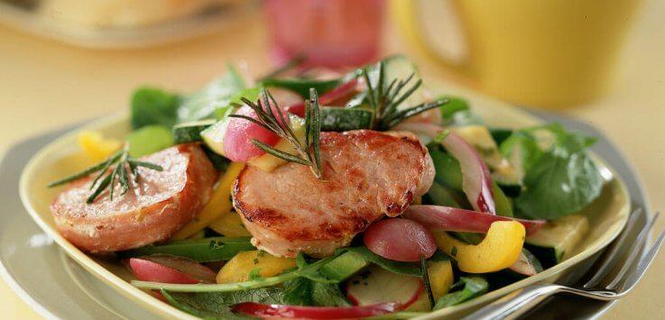 Lauwwarme groentesalade met plakjes varkenshaas