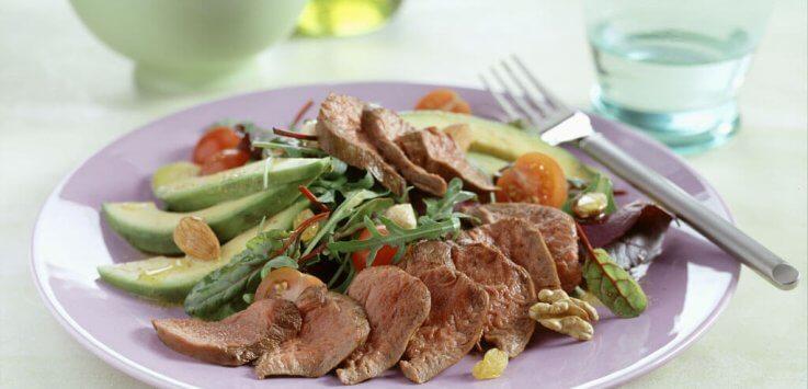 Lauwwarme salade van lamshaas met honingmosterddressing
