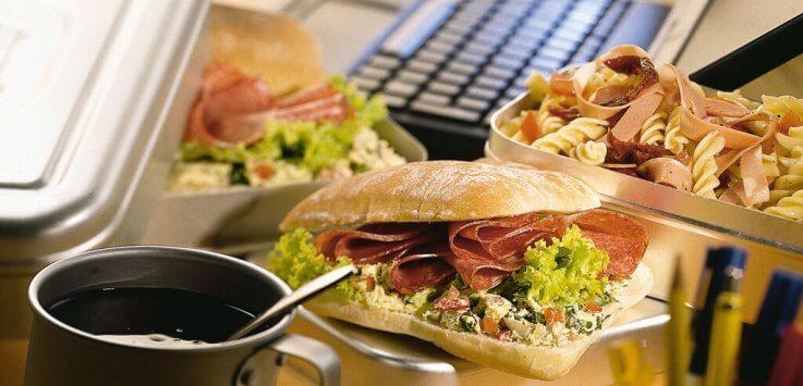 Mediterrane lunch met Italiaanse sandwich en pastaslaatje