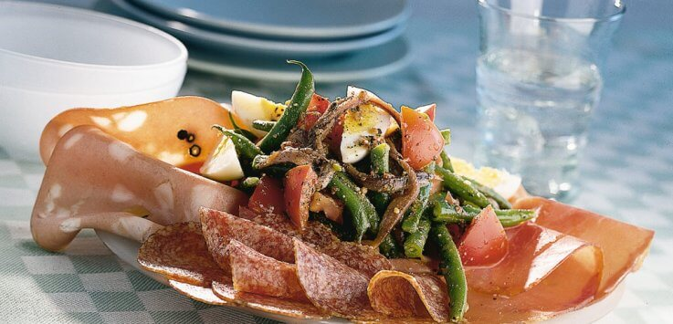 Mediterrane salade met rauwe ham mortadella en salamii