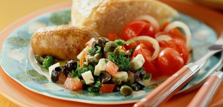 Mediterrane saucijsjes met olijvensalsa