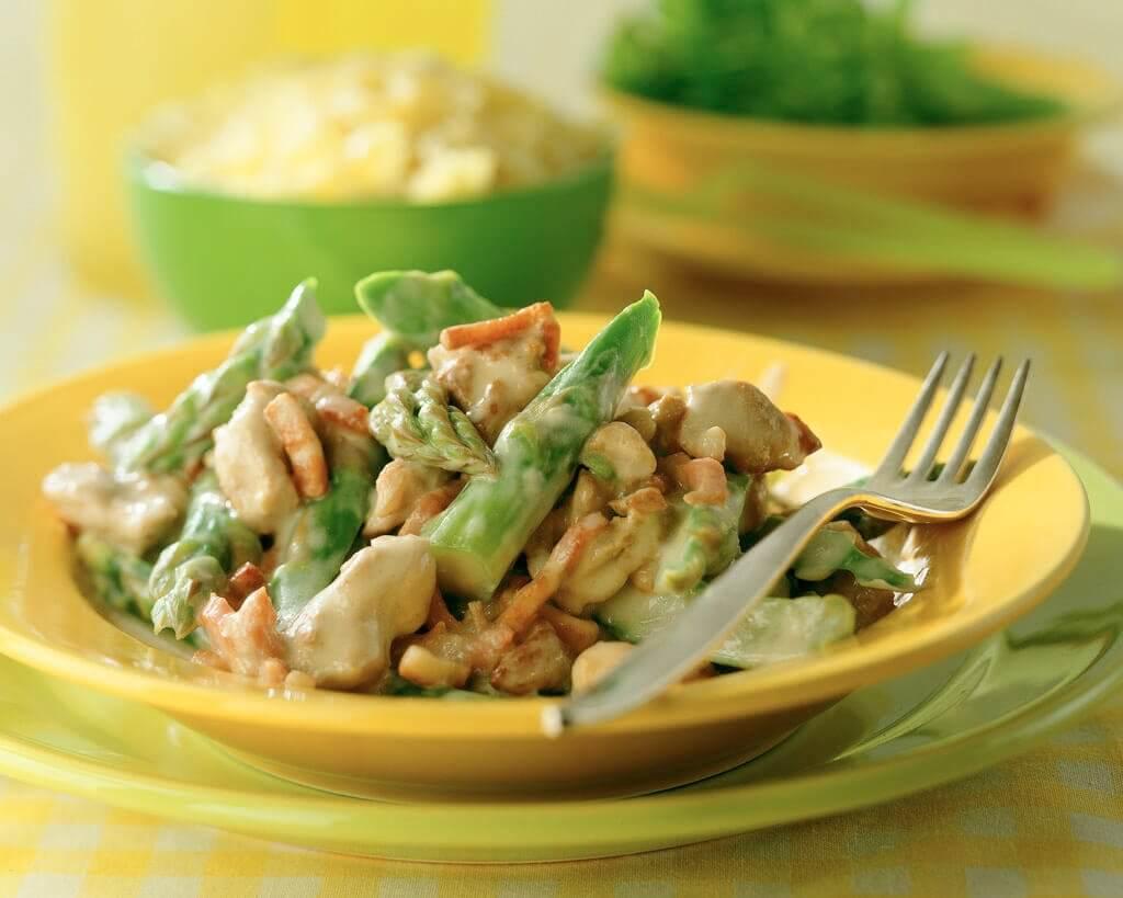 Roergebakken groene asperges en nasivlees in roomsaus