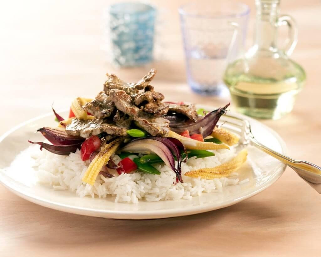 Thaise curry met biefstuk en peultjes uit de wok