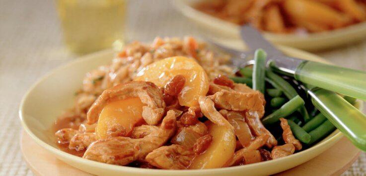Varkensvleesreepjes met ui perzik en rozijnen