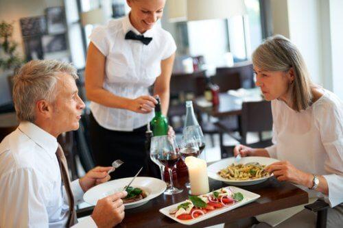 diner restaurant maaltijd echtpaar
