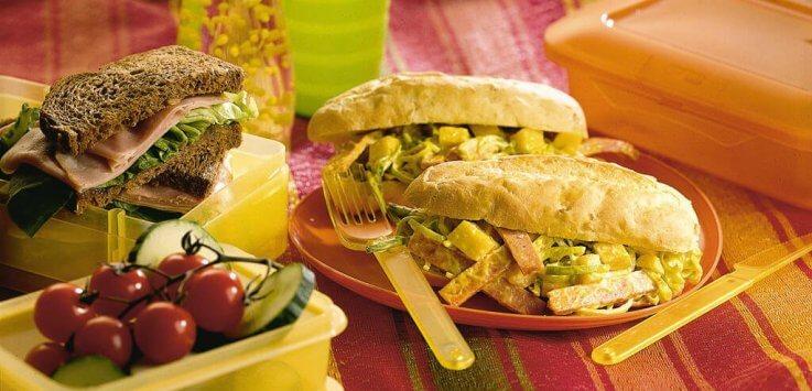 tropische verrassingslunch met hamsandwich en maisbroodje
