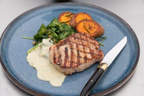 Kalfsrib-eye met gorgonzola van de BBQ