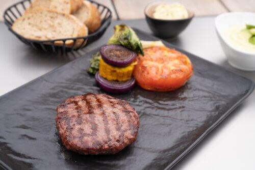 Rundvlees burger met gegrilde groenten van de BBQ